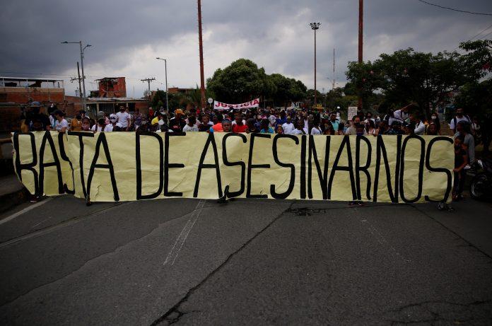 Casos. Personas protestan exigiendo justicia por la masacre de cinco menores de edad el pasado 11 de agosto de 2020 en Cali (Colombia). (EFE)