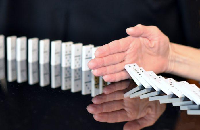 SITUACIÓN. Como piezas de dominó: se necesita una pista para que el resto empiece a 'caer'.