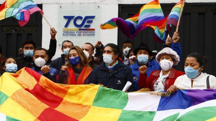 RECURSO. Yaku Pérez se presentó en el TCE, en Quito, pasadas las 17:00 de ayer.