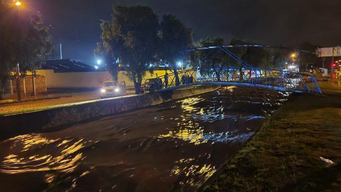 Problema Esta es la quebrada que prácticamente se desborda cada año, a pocos metros de la vía principal de ingreso a Ibarra.