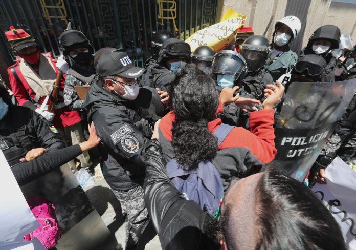 BOLIVIA. Policías antidisturbios chocan con integrantes del grupo feminista Mujeres Creando durante una manifestación por el Día Internacional de la Mujer, en la Plaza Murillo, frente al Palacio de Gobierno en La Paz (Bolivia).