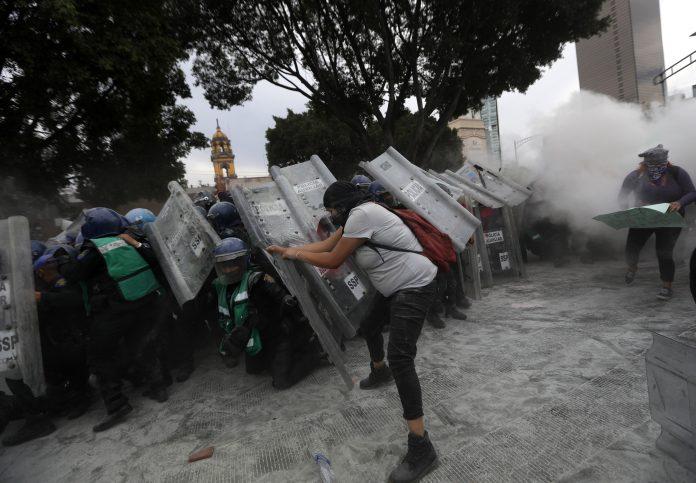 La Ciudad de México vivió una jornada con gran participación en las que estuvo presente la rabia de un país con cifras alarmantes de femicidios: 967 en 2020. (EFE)