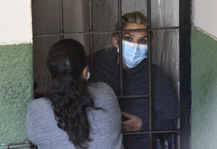 CÁRCEL. La expresidenta interina de Bolivia Jeanine Áñez se asoma desde las celdas de la Fuerza Especial de Lucha Contra el Crimen.