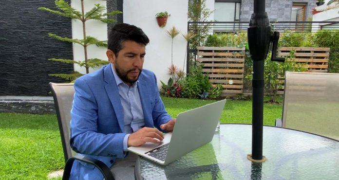 Mérito. Esteban Ortiz, médico investigador y salubrista, fue quien publicó el primer reporte de Covid-19 en Ecuador, en abril del 2020.