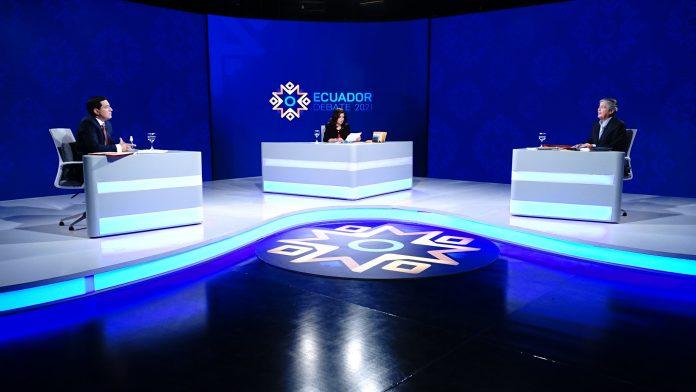 Guillermo Lasso y Andrés Arauz en la tarima del debate presidencial del domingo 21 de marzo de 2021. Foto. Cortesía CNE.