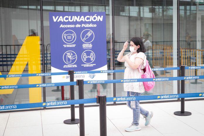 Proceso. Una mujer acude a un centro de vacunación en Montevideo (Uruguay). (Foto: EFE)
