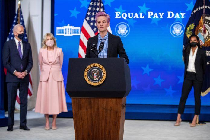 Denuncia. El presidente de EE.UU. y la primera dama escuchan a Megan Rapinoe, este 24 de marzo de 2021, en la Casa Blanca. (Foto: EFE)