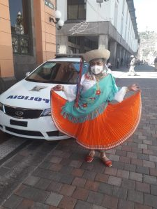 Atuendos. Katya Mishell Vásquez, creadora y fundadora de 'Ñuca trans', con su vestimenta de cayambeña y su mascarilla que fue realizada para las presentaciones en plena pandemia. (Foto: Cortesía de Katya Mishell Vásquez)