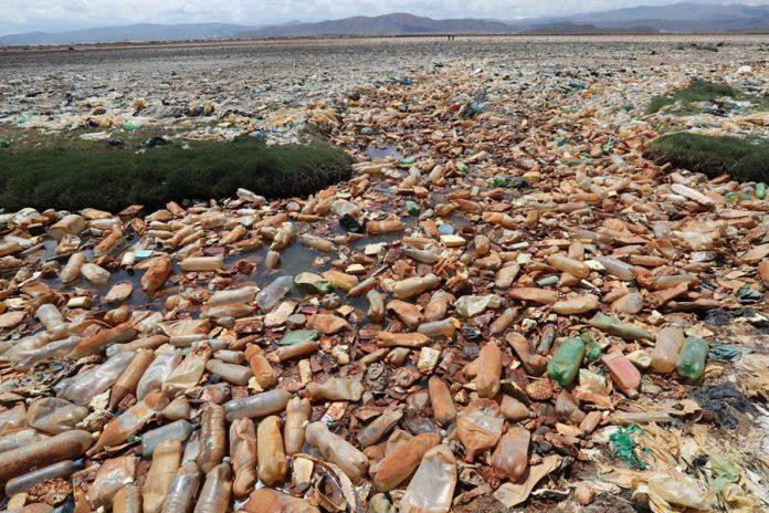 ESCENARIO. Fotografía que muestra la contaminación en el lago Uru Uru el 30 de marzo de 2021 en Oruro (Bolivia).