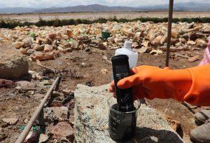 CONTROL. Un funcionario de la Unidad de Salud del Gobierno Municipal, mide la contaminación en el lago Uru Uru