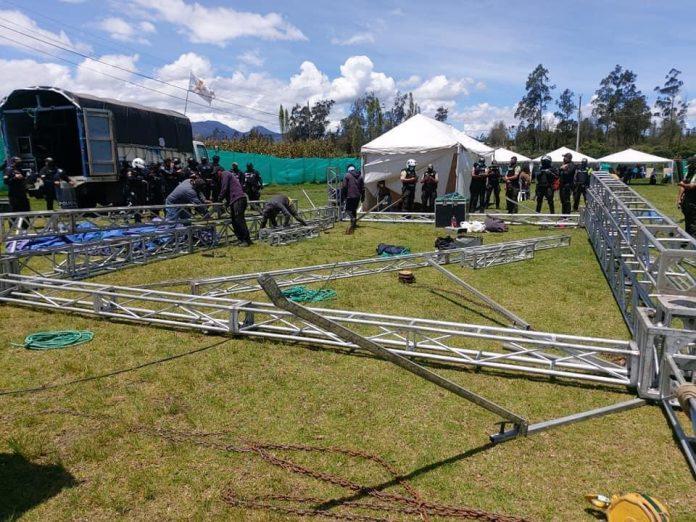 Intervención. Tarima, instrumentos musicales y equipos de audio se retiraron en Cotacachi. Se estima que 5.000 personas asistieron al evento.