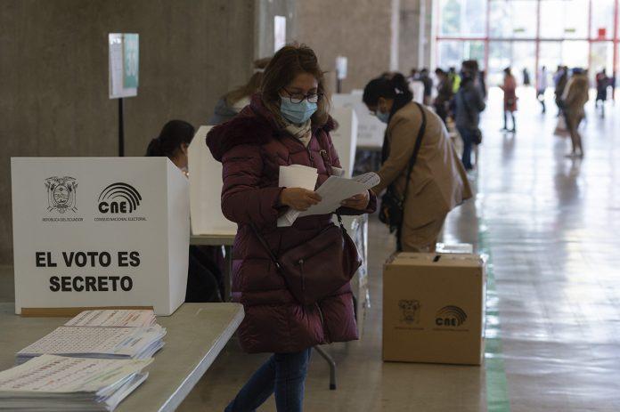 MOMENTO. Ecuatorianos acuden a las urnas en las elecciones de primera vuelta, el 7 de febrero de 2021.