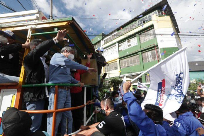 ELECCIONES. El cierre de campaña. Guillermo Lasso recorrió las calles de Quito en una chiva. Foto. Cortesía.