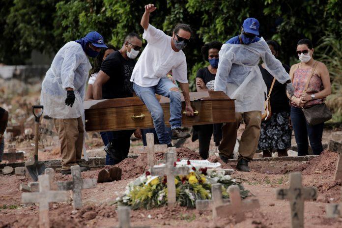Crisis. Brasil registró 4.195 muertes asociadas a la Covid-19 en las 24 horas entre el 6 y 7 de abril de 2021. (Foto: EFE)