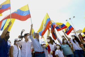 Cierre. En el río Guayas, frente a decenas de simpatizantes y pescadores, Guillermo Lasso terminó su campaña electoral.