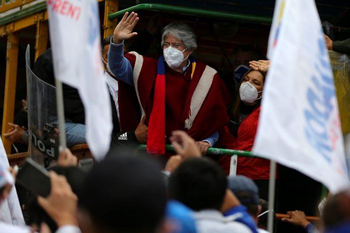 CANDIDATO. Guillermo Lasso, candidato a la presidencia, junto a su esposa en el cierre de campaña por la segunda vuelta electoral.