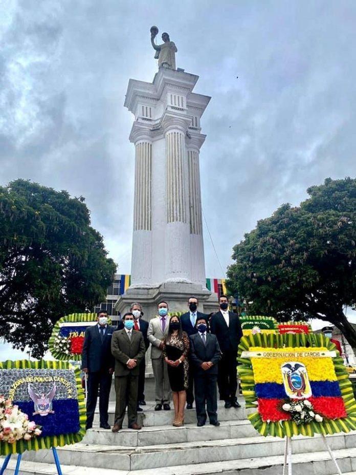 Homenaje. En el parque central de Tulcán, las autoridades locales colocaron ofrendas florales, este 11 de abril de 2021.