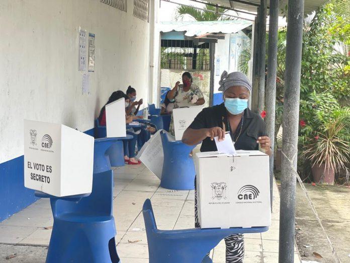 MOMENTO. Al recibir una sola papeleta, las votaciones se realizaron sin inconvenientes en Esmeraldas.