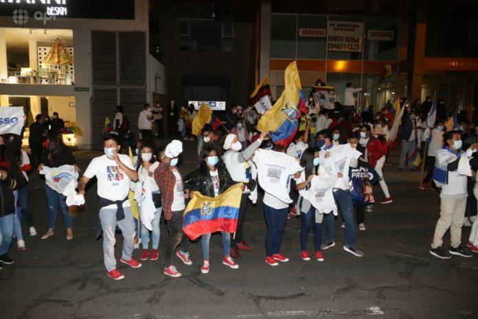QUITO. Las celebraciones por los resultados electorales se concentraron en los alrededores del edificio de Consejo Nacional Electoral. / API