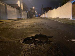Recorrido por calles al norte de Quito con baches y huecos.