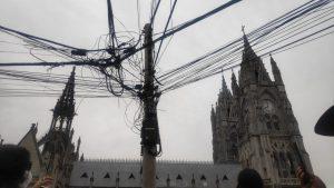Desde el Quito Bus Tour los turistas no solo miran la arquitectura colonial sino de los cables enredados en postes.