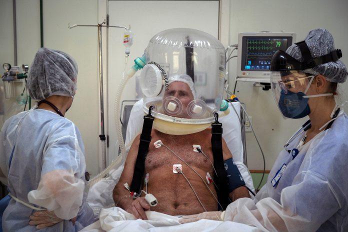 Un hospital de la ciudad brasileña de Porto Alegre comenzó a implantar los cascos burbujas entre los pacientes de Covid-19.