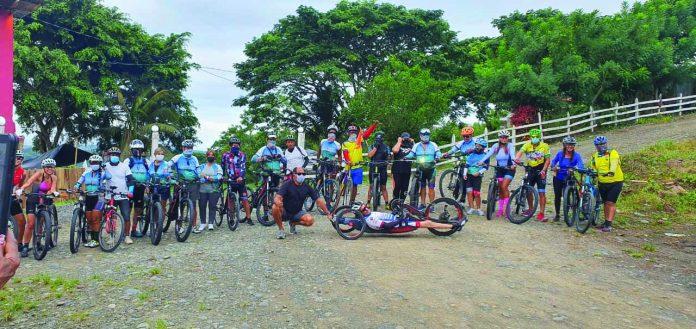 TURISMO. Los ciclistas salieron a las 07:00 de ayer, desde Tonsupa, tenían un recorrido de cinco horas hasta llegar a Mompiche.