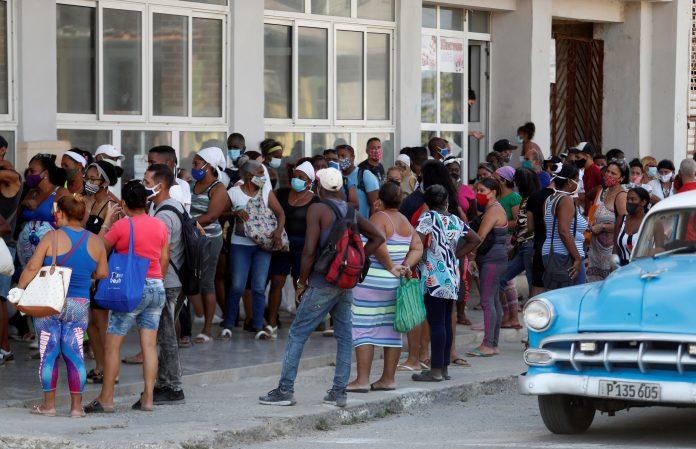 SITUACIÓN. Ciudadanos hacen fila para comprar en un mercado, en La Habana (Cuba).