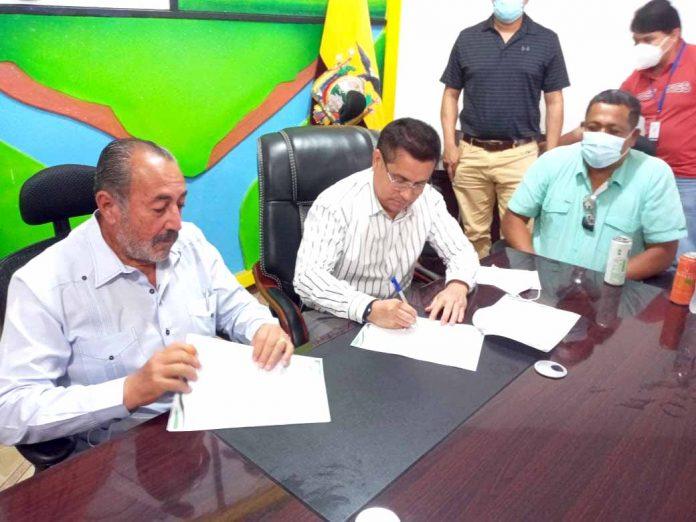 COOPERACIÓN. El alcalde de Quinindé, Carlos Barcia, colaborará con el cantón concordense, liderado por David Álava.
