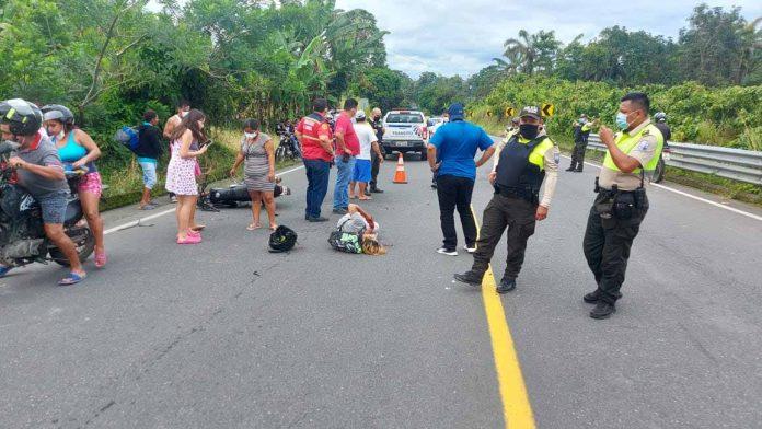 HERIDOS. Jhonny Basurto y Luis Torres, motociclistas que resultaron heridos al ser impactados frontalmente por un vehículo que se alejó del lugar del accidente.