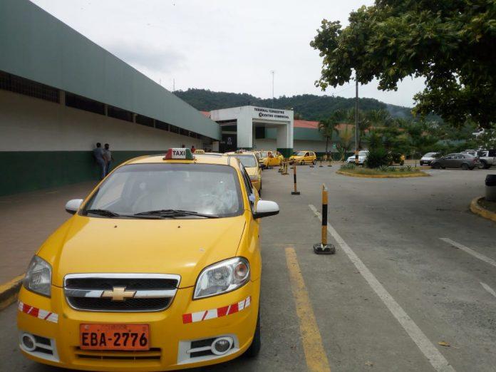 AFECTADOS. Según un taxista, la paralización le deja una pérdida económica de 60 dólares por día.