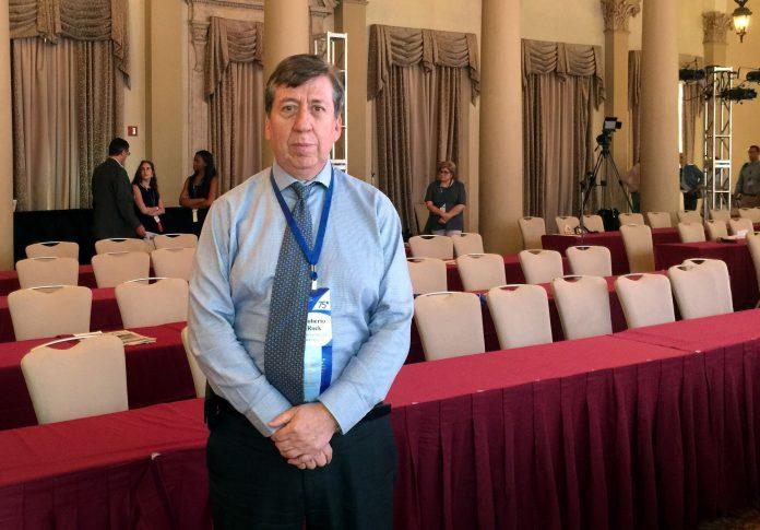 Discursos. El vicepresidente segundo de la SIP, Roberto Rock, inauguró la reunión semestral, el 20 de abril de 2021, en un contexto adverso para la prensa.(EFE)