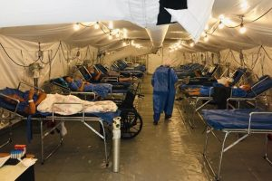 Realidad. El 6 de abril de 2021, en el Hospital Teodoro Maldonado Carbo de Guayaquil se instaló un hospital de campaña con 40 camas para pacientes covid-19.