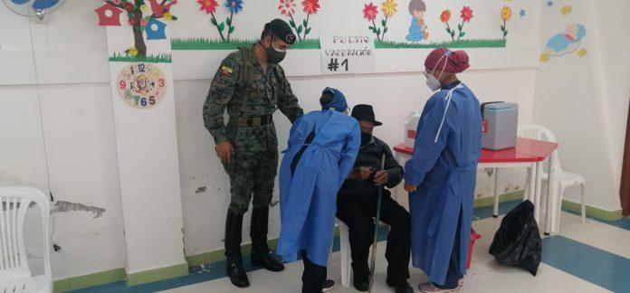 Apoyo. Personal militar brinda ayuda a los adultos mayores que no pueden movilizarse con facilidad. Además, dan seguridad a las vacunas y a los encargados de aplicarlas.