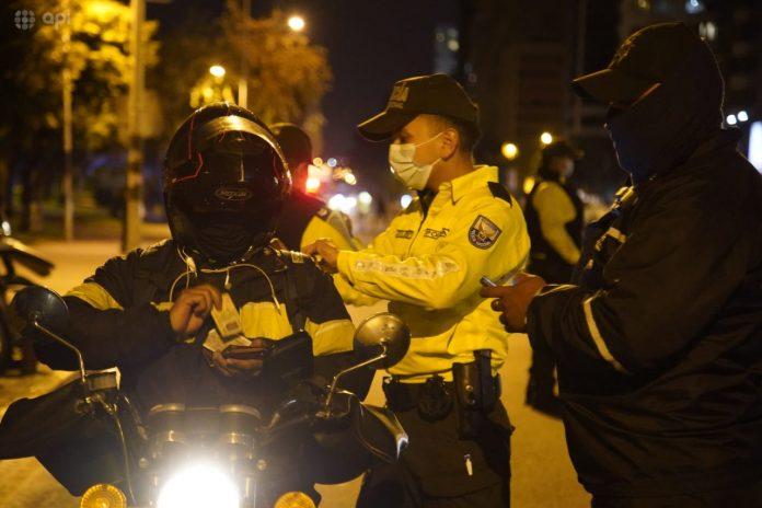 OPERATIVOS. Una vez inició el toque de queda, efectivos de la Policía Nacional y las Fuerzas Armadas se desplegaron en varios puntos de Quito. (API)