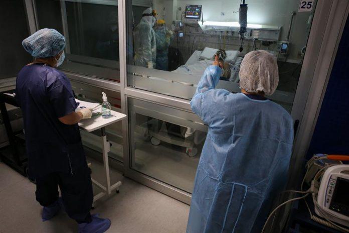 Situación. Enfermeros del Centro de Tratamientos intensivos (CTI), del hospital privado Casmu atienden a pacientes con covid-19.