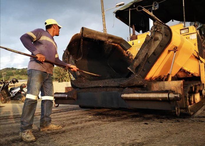 INVERSIÓN. El asfaltado de la calle Los Tulipanes de Tonsupa, y del Peñón del Suicida, asciende a 300 mil dólares.