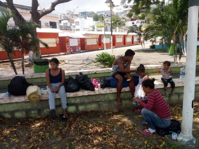 NECESIDAD. Este grupo de venezolanos no tiene dónde quedarse durante el toque de queda. Deben estar cambiándose de lugar para evitar enfrentamientos con los uniformados cuando hacen los operativos.