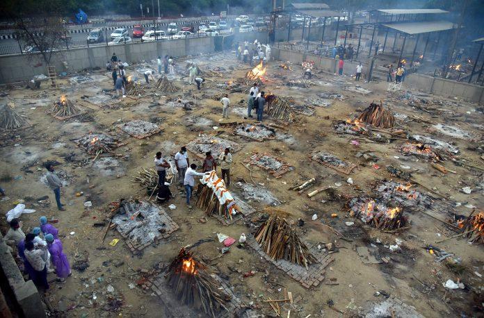 Situación. En Nueva Delhi se improvisan crematorios vacíos porque no hay abasto en los cementerios. (EFE)