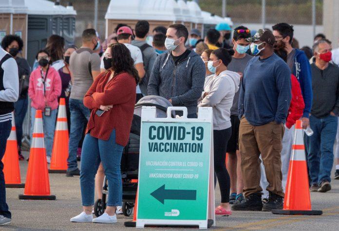 Trámite. Pese a los requisitos pedidos, muchos latinoamericanos llegan a diario a Florida para vacunarse, presentando extractos de cuenta de algún banco local o escrituras de propiedad.