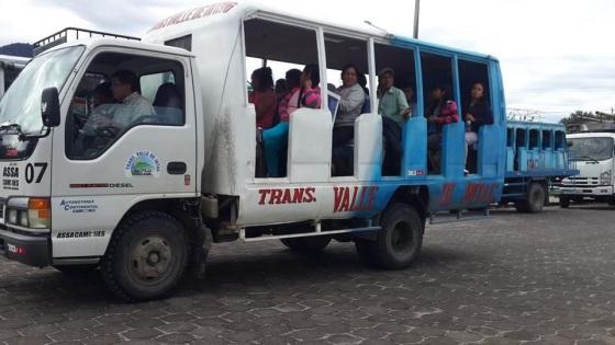 Camiones. En comunidades rurales se usan diferentes medios de transporte, alternativos a los buses, que en la mayoría de los casos pasan dos o tres veces por día, para conectar con la parte urbana. (Foto: Referencial.)