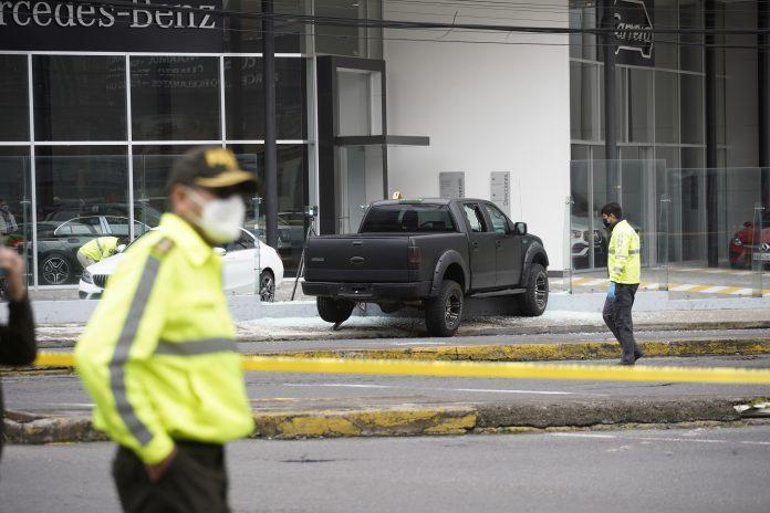TRÁNSITO. Las calles se cerraron temporalmente mientras la Policía Nacional retiraba el vehículo y recolectaba pruebas del asesinato. /API
