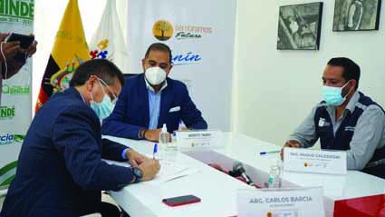 ALIANZA. El alcalde de Quinindé Carlos Barcia Molina y el ministro de Inclusión, Vicente Taiano, firmaron con convenio en beneficio de la niñez quinindeña.