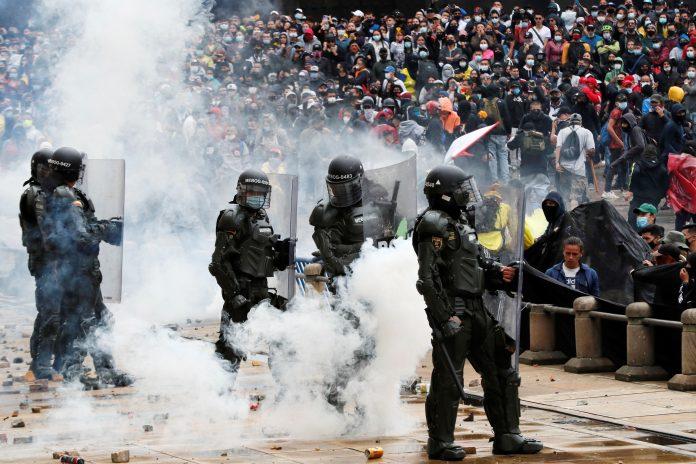 Paro. Manifestantes se enfrentan a la Policía colombiana durante una protesta en la Plaza de Bolívar de Bogotá (Colombia). Foto: EFE