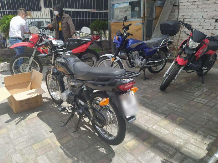Norma. En Quito no está prohibido que dos personas vayan en moto.
