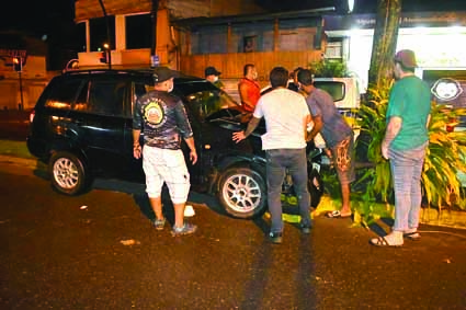 Estrellamiento. Este vehículo, se estrelló contra un árbol que está en el parterre central de la avenida principal de La Concordia. Esto ocurrió la noche del jueves.