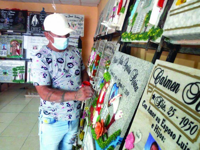 CREATIVIDAD. Byron Ávila recibe los pedidos en Esmeraldas pero el trabajo lo desarrolla en Santo Domingo de los Tsáchilas.