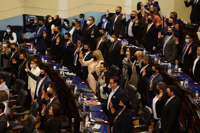 Legisladores. El Congreso de El Salvador tomó posesión el 1 de mayo de 2021 y nombró a Ernesto Castro, exsecretario privado del mandatario Nayib Bukele, como presidente.