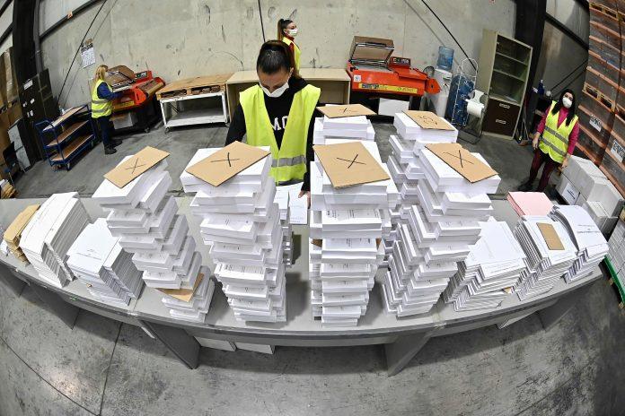 Papeletas. Una operaria organiza parte del material destinado a las elecciones del 4 de mayo de 2021 en Madrid. (EFE)