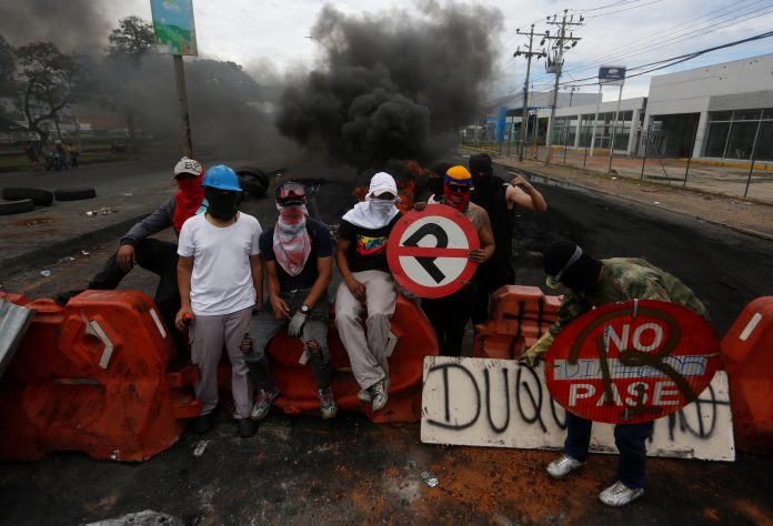 Manifestaciones. Aunque el presidente Iván Duque retiró el 2 de mayo la reforma tributaria, la tensión sigue en las calles, donde hay reportes de al menos 16 muertos y más de 700 heridos. (EFE)